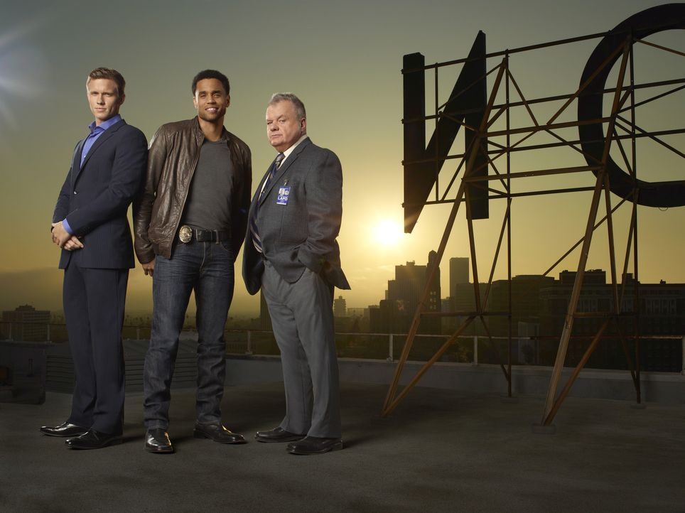 (1. Staffel) - Phil Sutton (Jack McGee, r.) hat die Schnauze voll von ihren Streitereien und schick deshalb seine Cops Travis Marks (Michael Ealy, M... - Bildquelle: USA Network