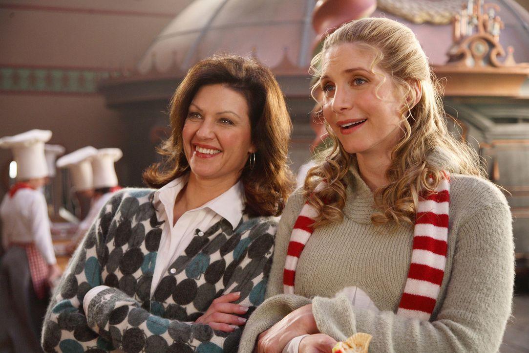 Freuen sich auf das Weihnachtsfest - allerdings ahnen sie nicht, dass Jack Frost ihnen dieses vermiesen möchte: Laura (Wendy Crewson, l.) und Mrs.... - Bildquelle: Disney All rights reserved