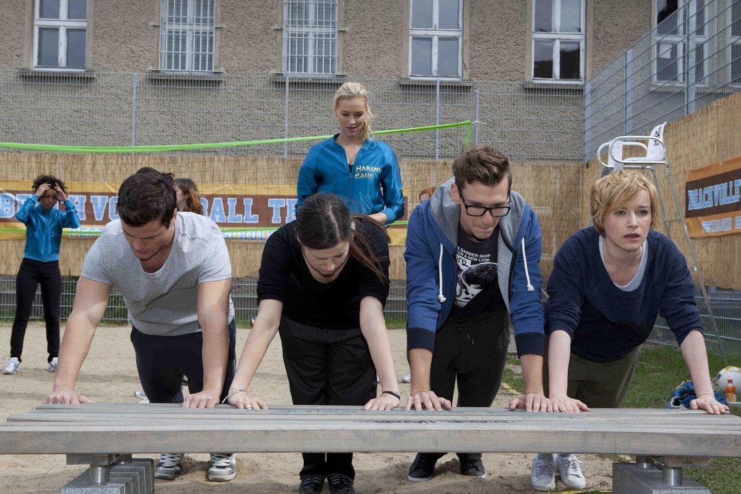 Alexandra (Verena Mundhenke, hinten) lässt Luzi (Selina Müller, 2.v.l.), Timo (Rocco Stark, l.), Emma (Kasia Borek, r.) und Hotte (Dennis Schigiol... - Bildquelle: SAT.1