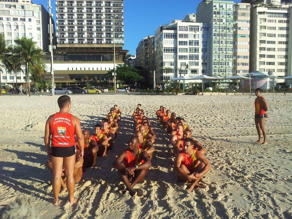 Brasilien - Militärischer Drill an der Copacabana  Gabi und David (vorne l.) - zwei Wald-und-Wiesen-Bademeister aus Thüringen  tauschen ihre gemü... - Bildquelle: kabel eins