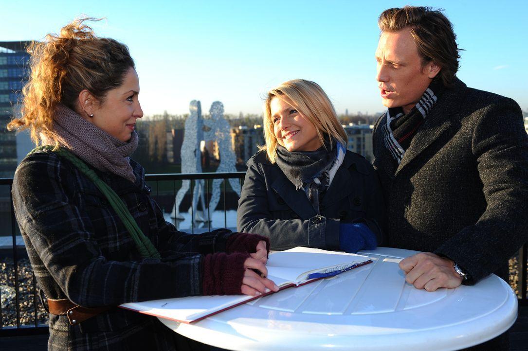 Nina (Maria Wedig, l.) wird von Anna (Jeanette Biedermann, M.) und Tom (Patrick Kalupa, r.) inspiriert ... - Bildquelle: SAT.1