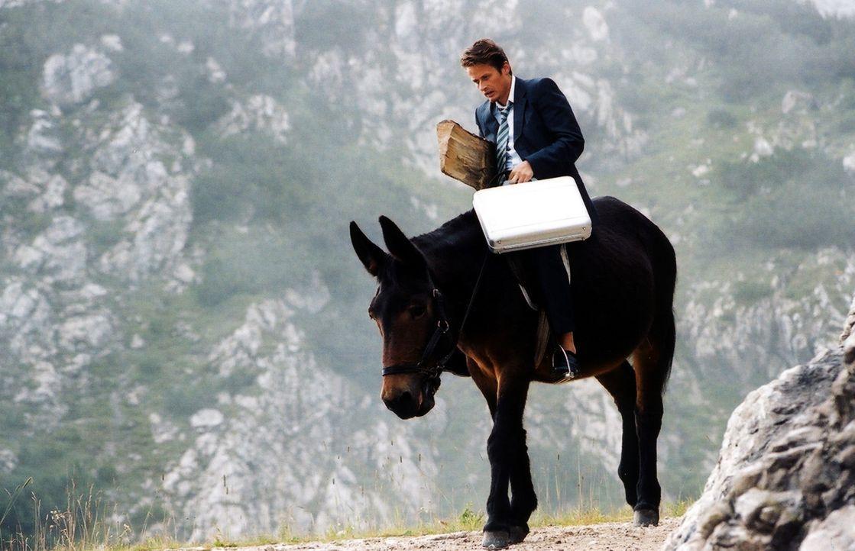 Fernab der Zivilisation soll Versicherungsvertreter und Stadtmensch Robert (Roman Knizka) nicht nur einen Vertrag zum Abschluss bringen, nein, zu al... - Bildquelle: Barbara Bauriedl