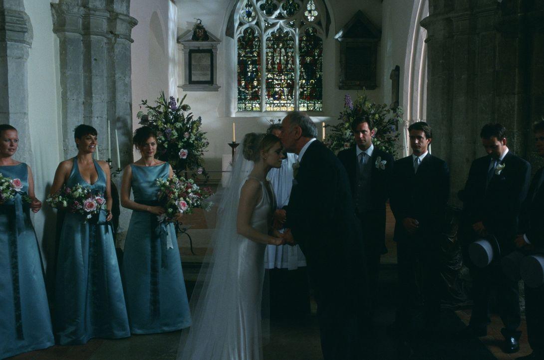 Bei der Hochzeit ihrer Schwester möchte sich Kat (Debra Messing, 3.v.l.) auf gar keinen Fall vor ihrem Ex Jeff (Jeremy Sheffield, 3.v.r.) blamieren... - Bildquelle: Gold Circle Films
