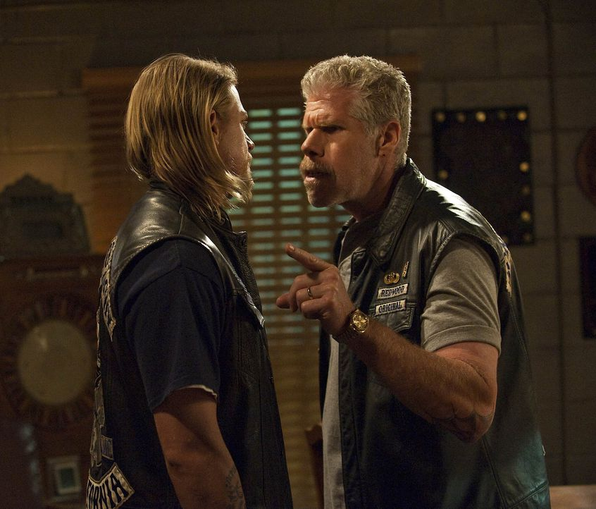"Zwischen Jackson ""Jax"" Teller (Charlie Hunnam, l.) und Clarence ""Clay"" Morrow (Ron Perlman, r.) wird die Kluft immer größer ... - Bildquelle: 2009 Twentieth Century Fox Film Corporation and Bluebush Productions, LLC. All rights reserved."