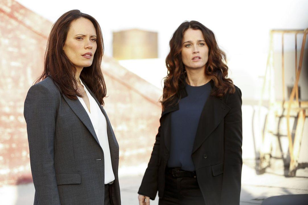 Um für einen Fall Patrick Jane zu gewinnen, bittet FBI Agentin Kim Fischer (Emily Swallow, l.) Teresa (Robin Tunney, r.) um Hilfe ... - Bildquelle: Warner Brothers Entertainment Inc.