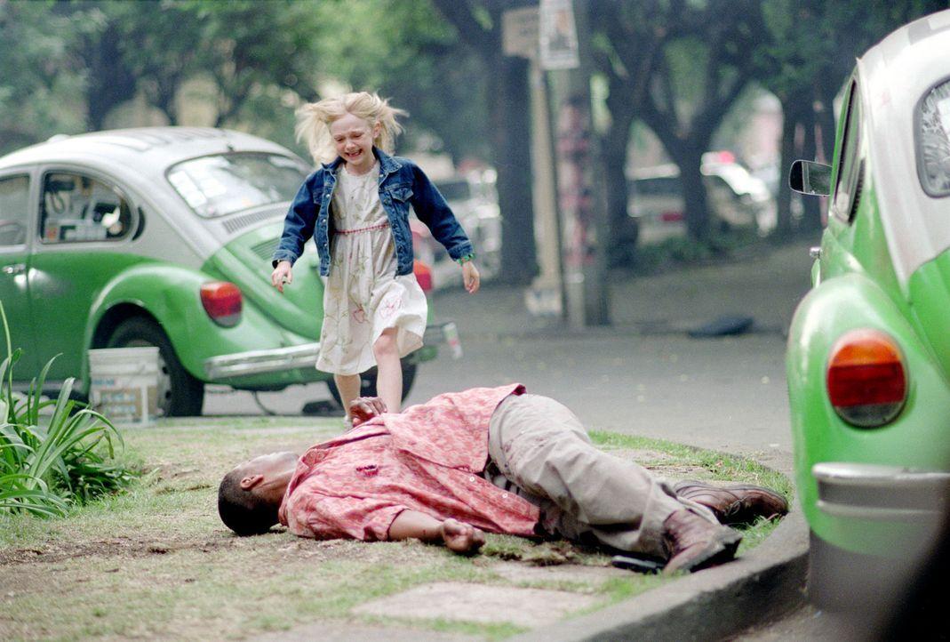 Als korrupte Polizisten auf den Bodyguard John W. Creasy (Denzel Washington, r.) schießen und ihn schwer verletzen, eilt die kleine Pita (Dakota Fa... - Bildquelle: 2004 Epsilon Motion Pictures