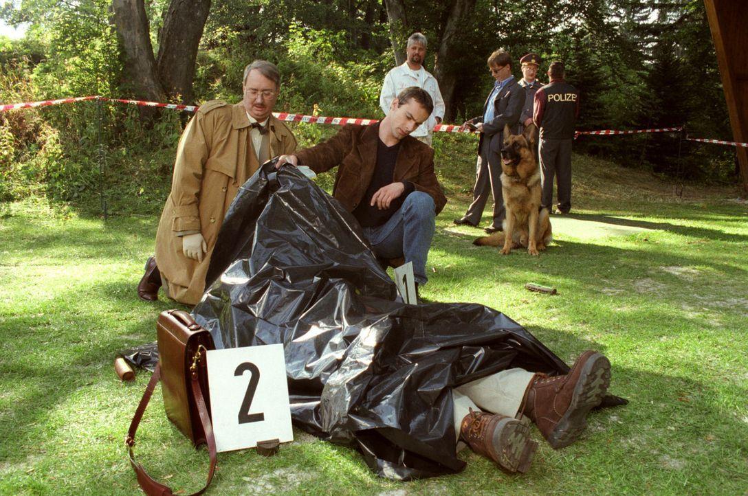 Dr. Leo Graf (Gerhard Zemann, l.) untersucht im Beisein von Kommissar Brandtner (Gedeon Burkhard, r.) eine Leiche. Brandtner zweifelt stark an Dr. G... - Bildquelle: Sat.1