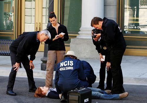 Die Wissenschaftlerin Lt. Thorson (Erica Piccininni, liegend) wird tot aufgefunden. Gibbs (Mark Harmon, l.), Ziva (Cote de Pablo), Ducky (David McCa... - Bildquelle: CBS Television