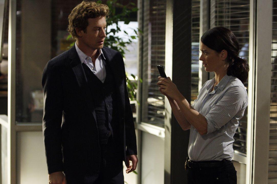 Mentalist Patrick Jane (Simon Baker, l.) erhält eine SMS, in der eine Bombenexplosion angekündigt wird. Er bittet seine Kollegin Teresa (Robin Tun... - Bildquelle: Warner Bros. Television