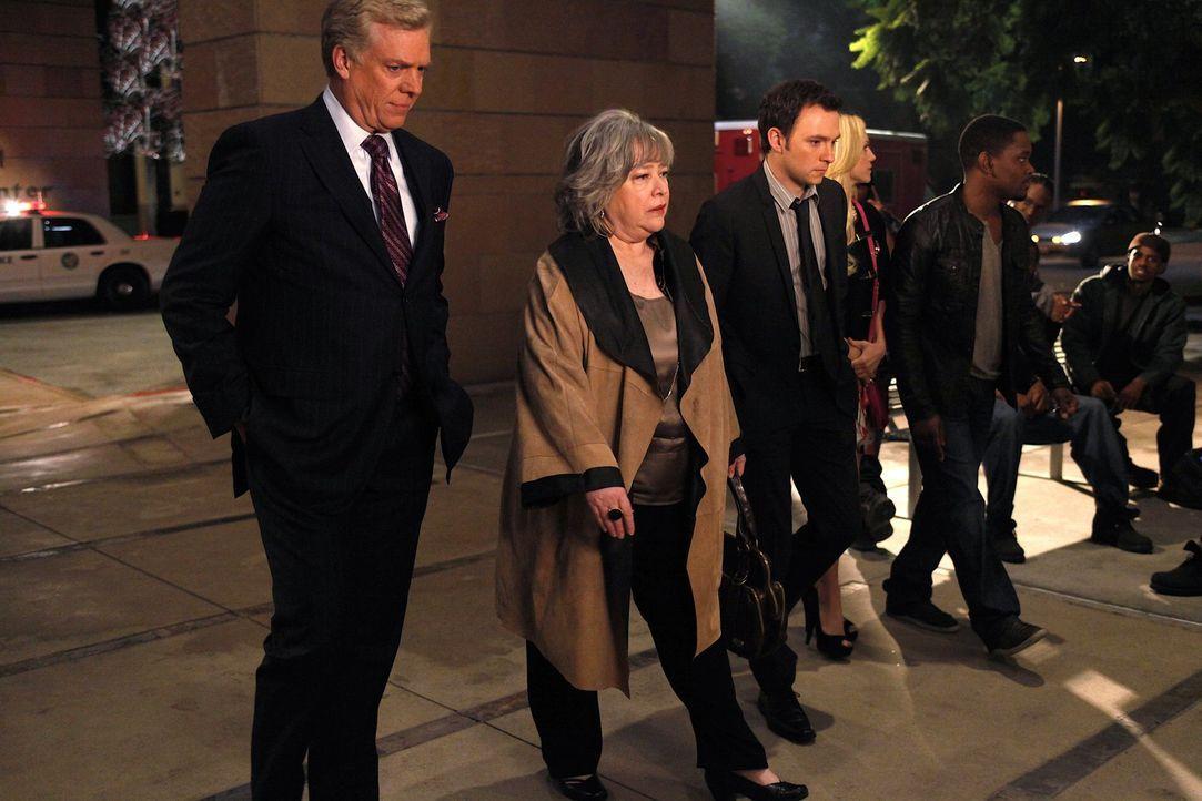 Kämpfen für die Gerechtigkeit: Harriet (Kathy Bates, 2.v.l.), Adam (Nathan Corddry, 3.v.l.), Tommy Jefferson (Christopher McDonald, l.) , Malcolm... - Bildquelle: Warner Bros. Television