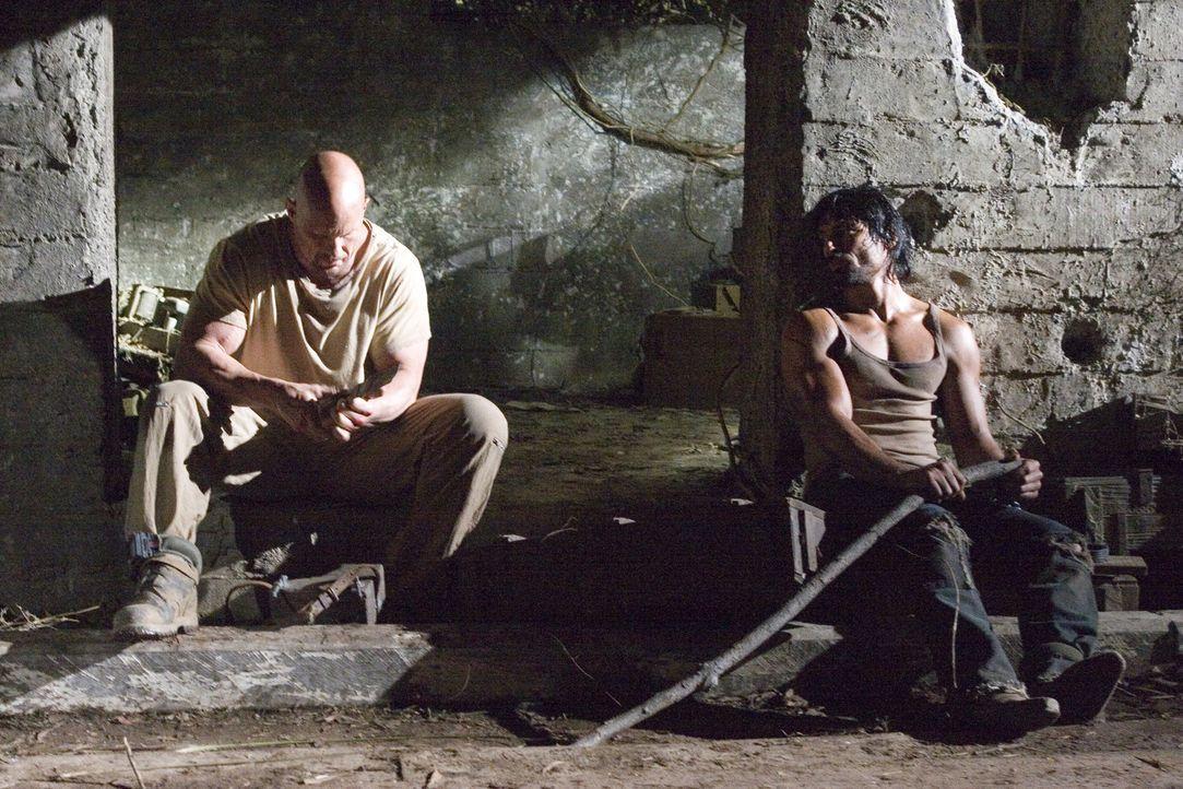 Müssen den anderen töten, um selbst die Freiheit genießen zu können: Conrad (Steve Austin, l.) und Paco (Manu Bennett, r.) ... - Bildquelle: 2007 WWE Films, Inc. All Rights Reserved.