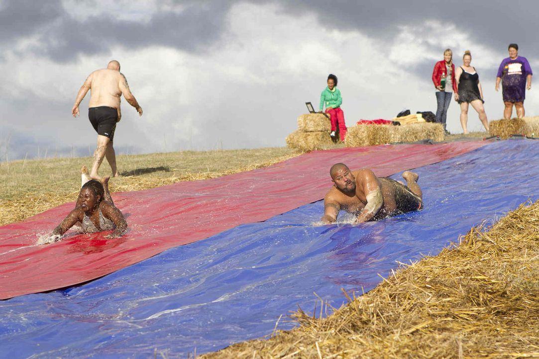 Diese Woche müssen die Kandidaten ihre Kondition bei einer Wasserrutschen-WM beweisen. Es gilt so schnell wie möglich 100-mal herunter zu rutschen... - Bildquelle: Enrique Cano SAT.1