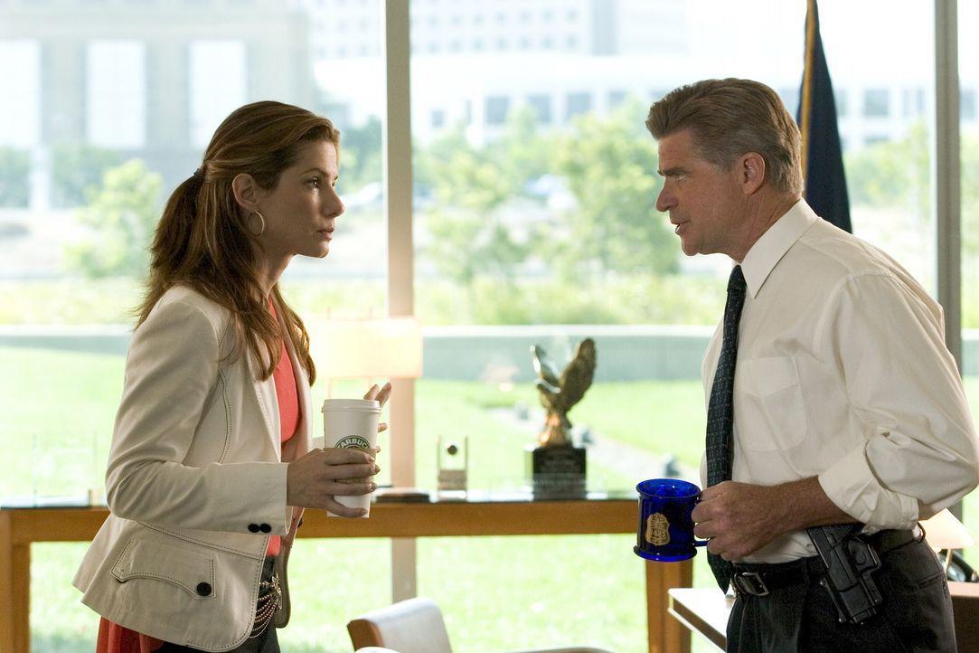 Eigentlich will FBI Leiter Collins (Treat Williams, r.) Gracie (Sandra Bullock, l.) nur schützen und hält sie deshalb aus dem Fall raus. Wieder einm... - Bildquelle: Warner Bros. Television
