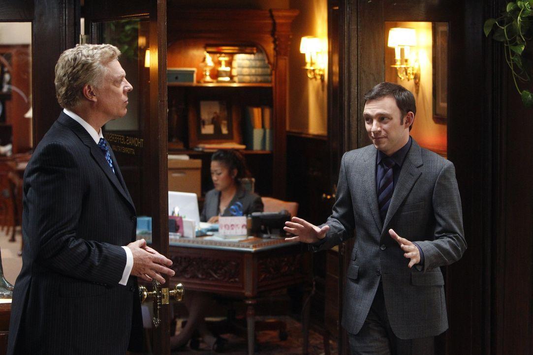 Treffen aufeinander: Tommy Jefferson (Christopher McDonald, l.) und Adam (Nathan Corddry, r.) ... - Bildquelle: Warner Bros. Television