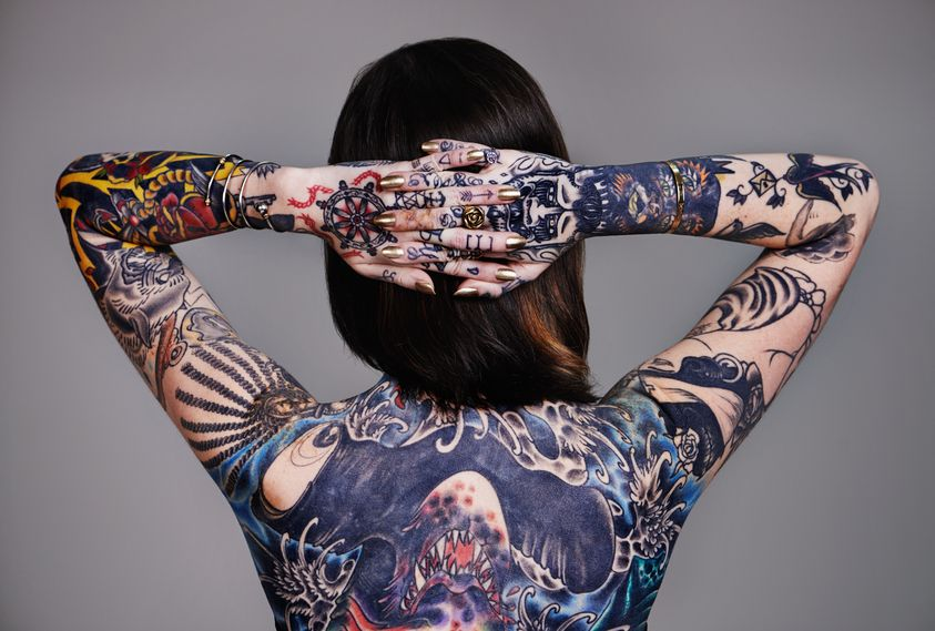 20_TattooFrauFullBack - Bildquelle: PeopleImages