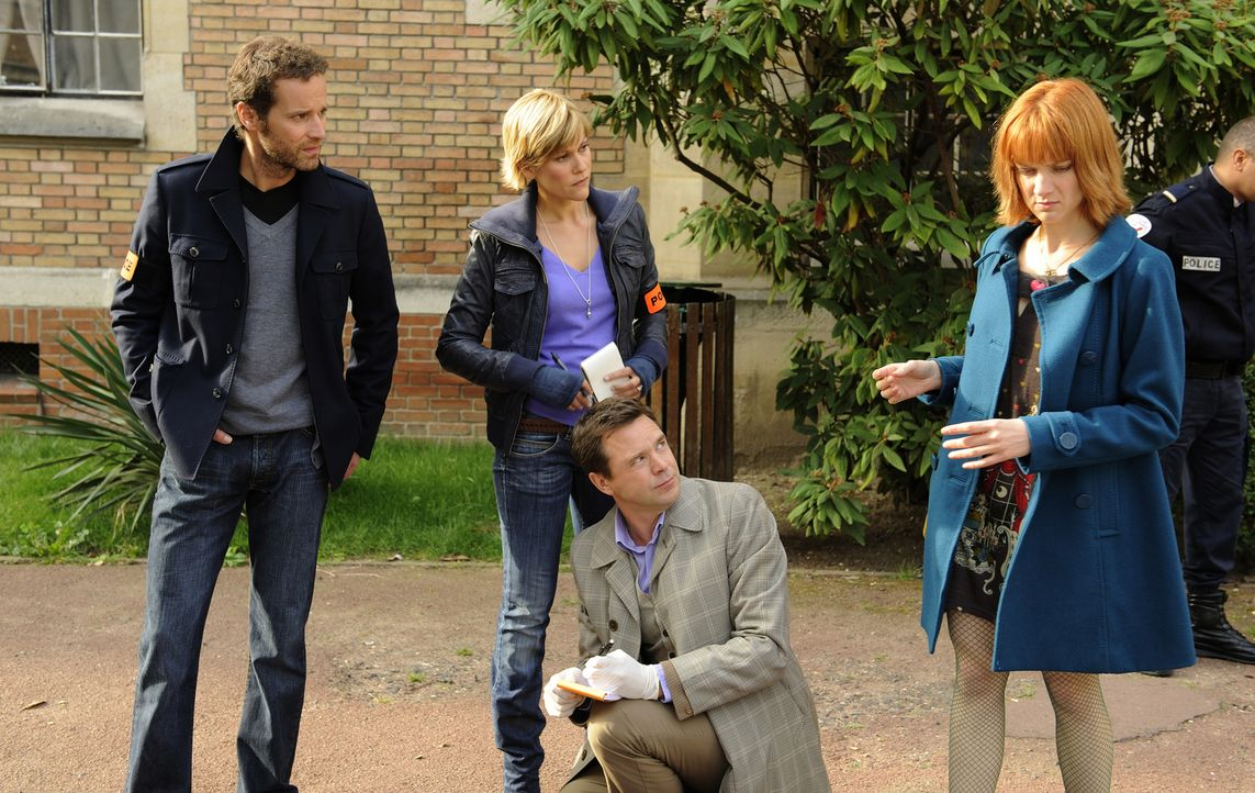 Als Team lösen Matthieu (Guillaume Cramoisan, l.), Fred (Vanessa Valence, 2.v.l.), der Doc (Guillaume de Tonquedec, 2.v.r.) und Chloé (Odile Vuillam... - Bildquelle: 2008 - Beaubourg Audiovisuel/BeFilms/RTBF (Télévision Belge)