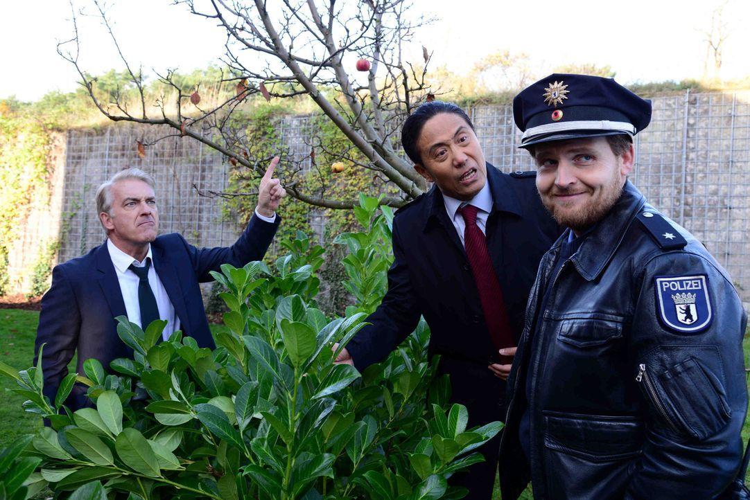 Bambus und Apfelbaum fallen dem Streit zum Opfer. Auch die Polizei (Axel Stein, r.) kann die beiden Streithähne Michael (Christoph M. Ohrt, l.) und... - Bildquelle: Christiane Pausch SAT.1