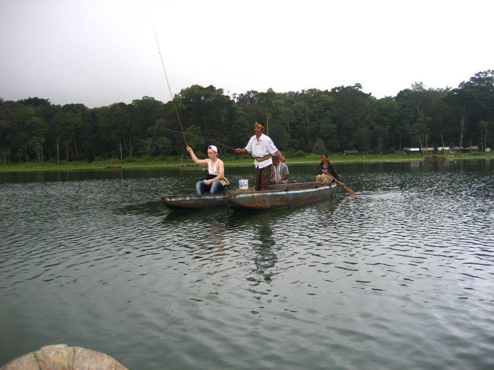 Gastvater Rinu (2.v.l.) zeigt Dominique (l.) wie man Fischt - und der Teenager scheint tatsächlich Spaß daran zu finden ... - Bildquelle: kabel eins