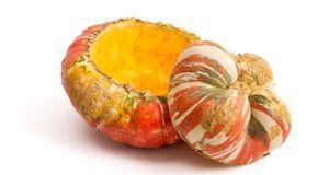 """Ist die """"Mütze"""" vom restlichen Kürbis abgetrennt, lässt sich das Fruchtfleisc..."""
