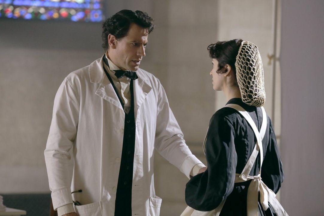 Droht der Krankenschwester (Sarah Wilson, r.) Gefahr, weil sie den Anschein erweckt, sie hege Gefühle für Henry (Ioan Gruffudd, l.)? - Bildquelle: Warner Bros. Television