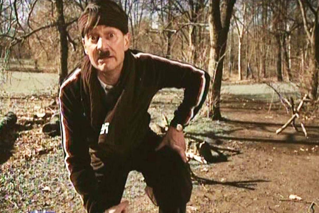 Alle Posten in der Fußballelf sind schon vergeben: Hitler (Michael Kessler) muss ins Laufteam wechseln ... - Bildquelle: ProSieben