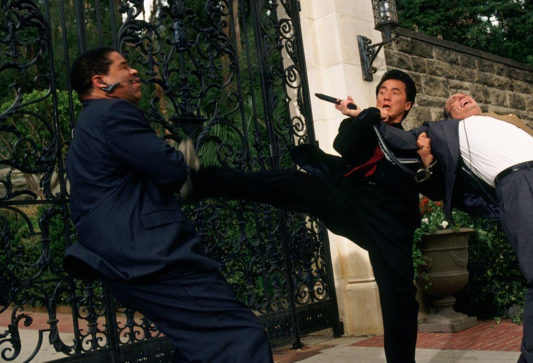 Inspektor Lee (Jackie Chan, M.) kann nicht tatenlos zusehen, wie sein amerikanischer Kollege im Alleingang die Tochter des Konsuls findet. Auch er w... - Bildquelle: Warner Bros.