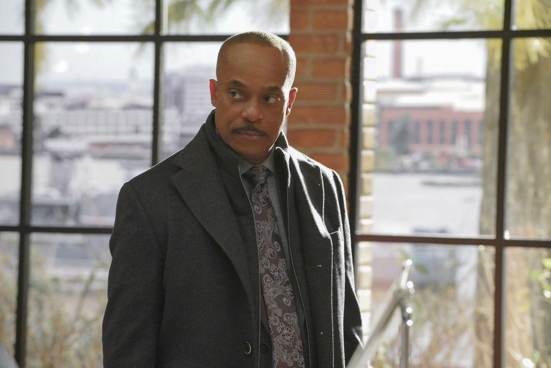 Während das NCIS-Team in einem Fall von einer Fahrerflucht mit einem Toten ermittelt, wird Vances (Rocky Carroll) Tochter wegen Ladendiebstahls verh... - Bildquelle: Bill Inoshita 2017 CBS Broadcasting, Inc. All Rights Reserved