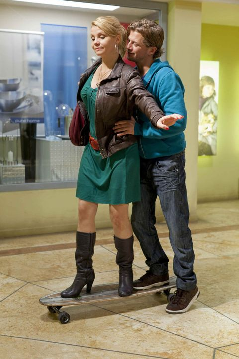 Verstehen sich äußerst gut: Danni (Annette Frier, l.) und Josh (Andreas Guenther, r.) ... - Bildquelle: SAT.1