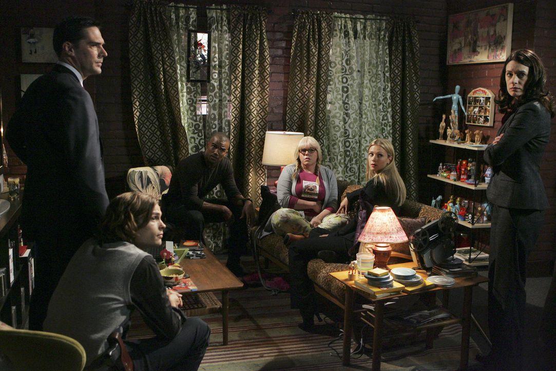 Nachdem Penelope (Kirsten Vangsness, 3.v.r.) angeschossen wurde, machen sich Reid (Matthew Gray Gubler, 2.v.l.), Prentiss (Paget Brewster, r.), Morg... - Bildquelle: Touchstone Television