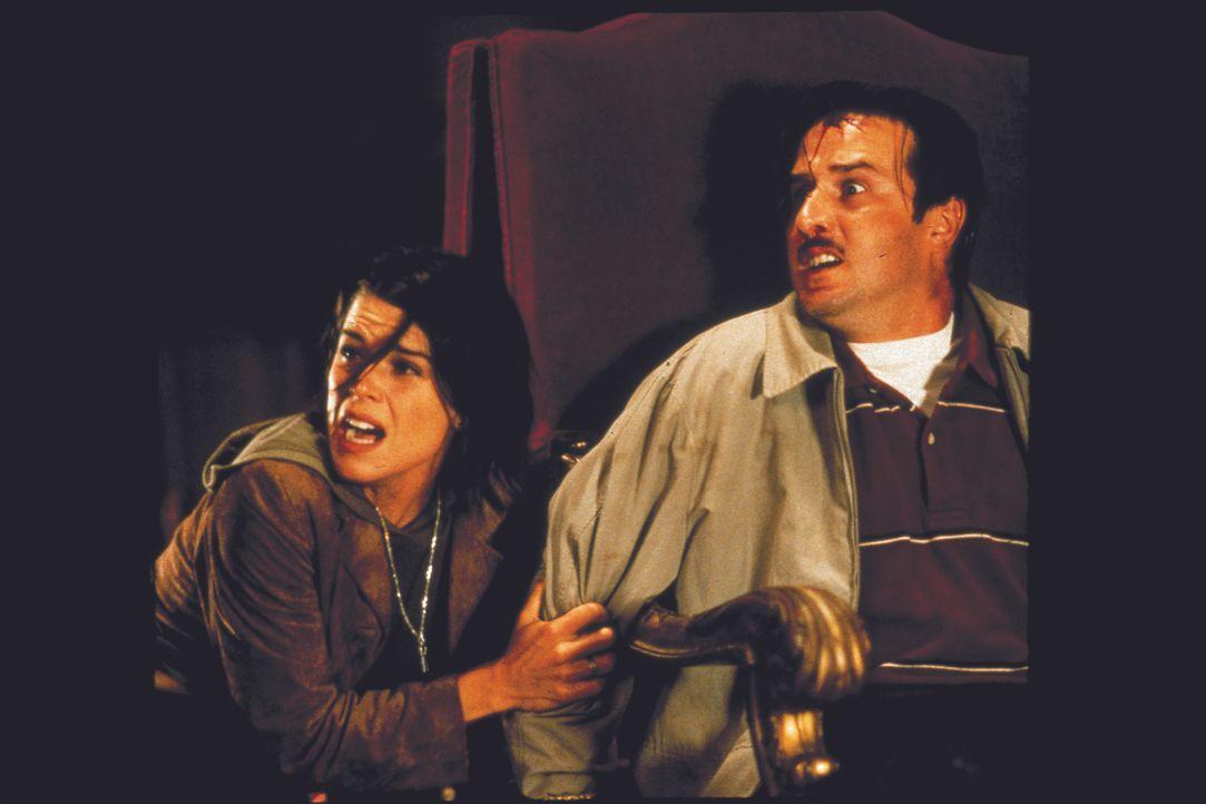 Um den Mörder zu entlarven, setzt Deputy Dewey Riley (David Arquette, r.) Sidney (Neve Campbell, l.) als Köder ein. Eine verhängnisvolle Entscheidun... - Bildquelle: Miramax Films