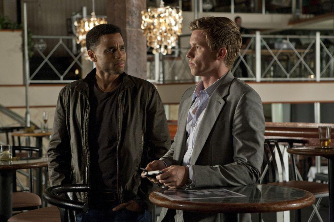 Ermitteln in einem neuen Fall: Travis (Michael Ealy, l.) und Wes (Warren Kole, r.) ... - Bildquelle: 2012 USA Network Media, LLC