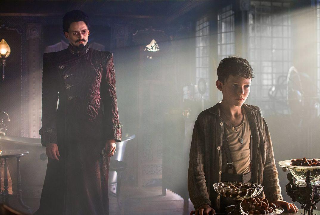 Der mutige Peter (Levi Miller, r.) hat weder Angst vor großen Abenteuern, noch vor dem bösen Piratenkapitän Blackbeard (Hugh Jackman, l.) ... - Bildquelle: Warner Brothers