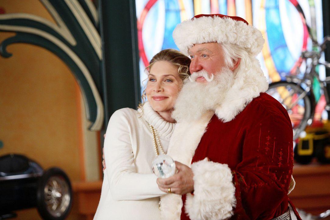 Während Santa Clause alias Scott Calvin (Tim Allen, r.) an der Seite seiner Frau Carol (Elizabeth Mitchell, l.) der Geburt von Nachwuchs im Hause W... - Bildquelle: Disney All rights reserved