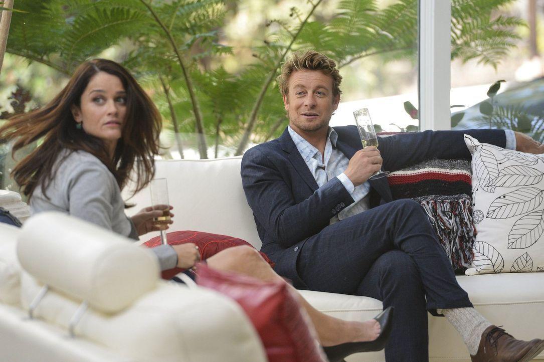 Lisbon (Robin Tunney, l.) und Jane (Simon Baker, r.) geben eine Fake-Party in einer exklusiven Villa, die sie von der Drogenfahndung ausgeliehen hab... - Bildquelle: Warner Bros. Television