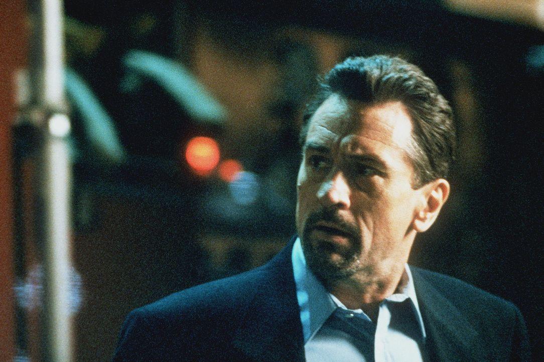 McCauley (Robert De Niro) lernt die sympathische Eady kennen und lieben. Doch weiß er, dass sich eine feste Beziehung nicht mit seinem mörderische... - Bildquelle: Warner Bros.
