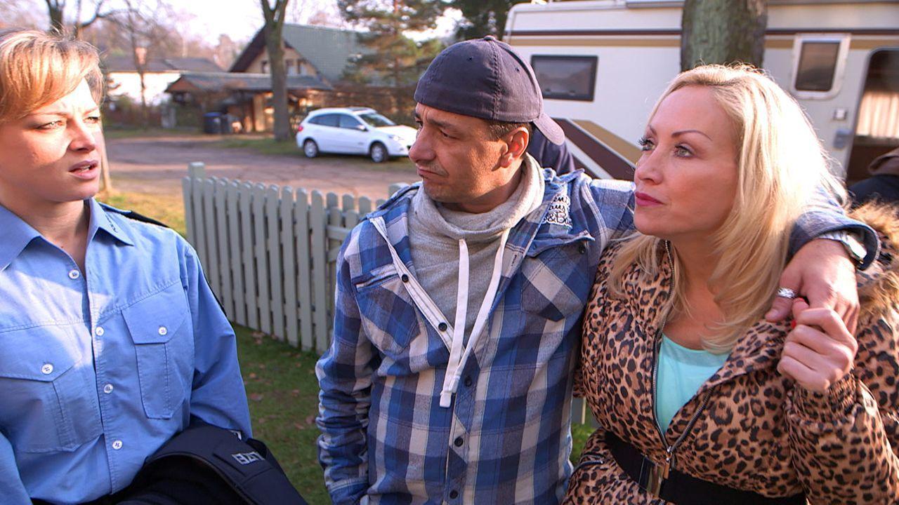 Christina (l.) steht vor einem Problem: Ihre Schwester Doro (r.) steht plötzlich mit ihrem Mann Holger (M.) vor ihrer Haustür und bittet um Asyl f... - Bildquelle: SAT.1