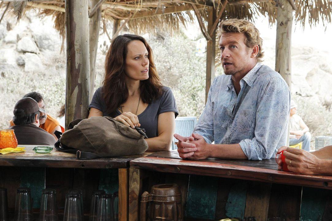 Um vor dem FBI sicher zu sein, lebt Patrick Jane (Simon Baker, r.), nachdem er Red John ermordet hat, in Südamerika. Dort verliebt er sich in Kim F... - Bildquelle: Warner Brothers Entertainment Inc.