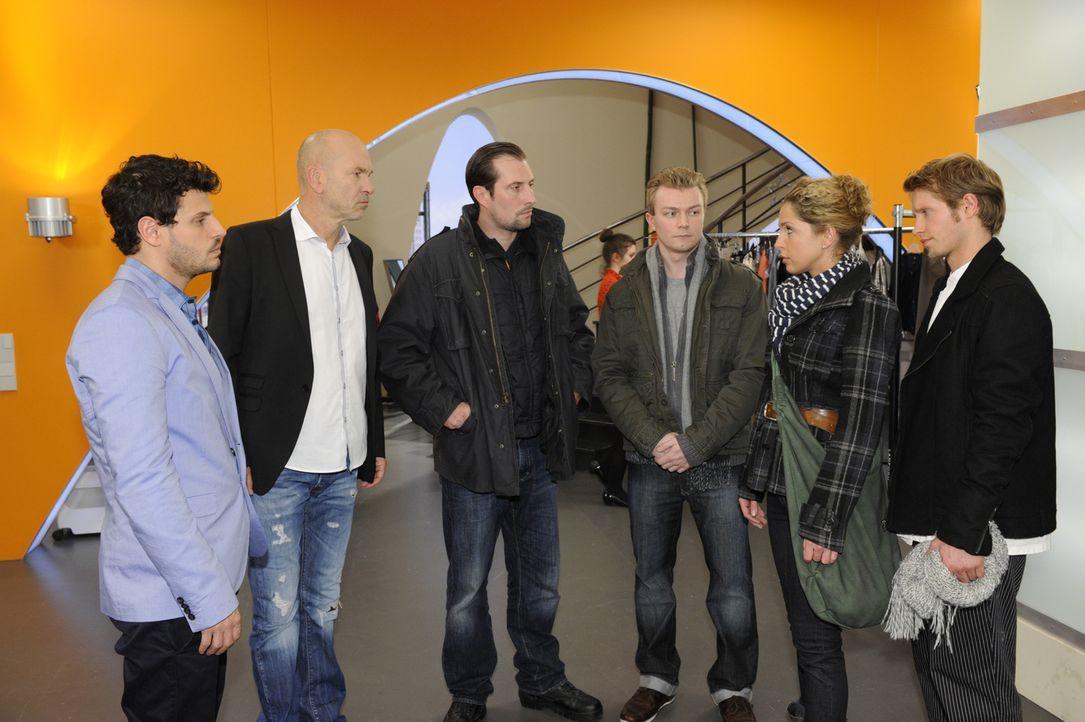 Voller Sorge stellt sich Nina der Polizei. Luca (Manuel Cortez, l.), Bruno (K. Dieter Klebsch, 2.v.l.), Nina (Maria Wedig, 2.v.r.) und Jojo (Bernhar... - Bildquelle: SAT.1