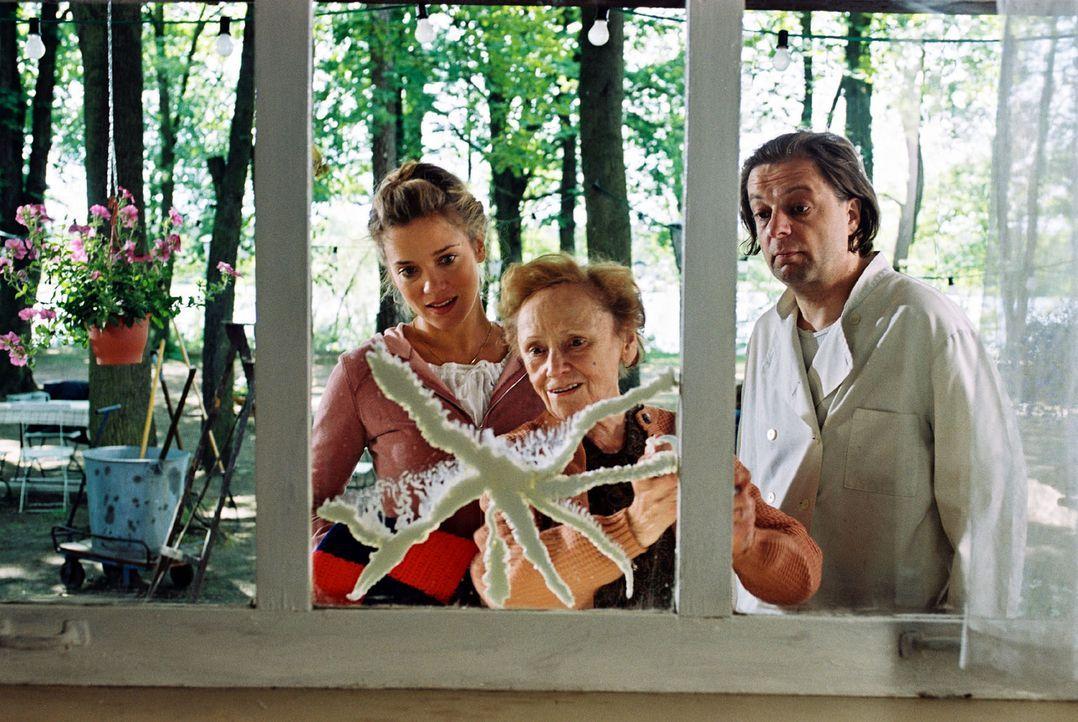 Nina Kowalski (Muriel Baumeister, l.) will unbedingt das Ausflugslokal, das sich seit Generationen schon im Familienbesitz befindet, retten. Gemeins... - Bildquelle: Sat.1