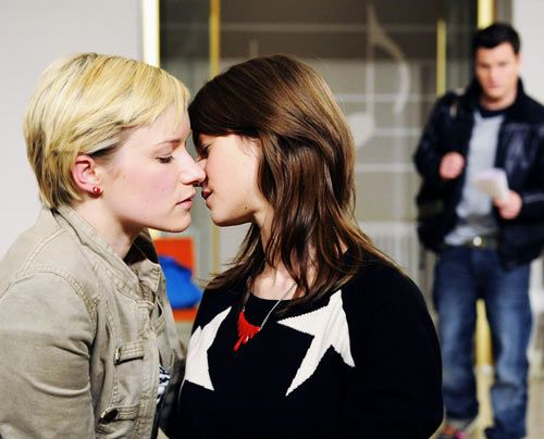 Emma und Jenny leben weiterhin heimlich ihre Liebe aus, doch dann werden sie bei einem Kuss von Timo ertappt ... - Bildquelle: Christoph Assmann - Sat1