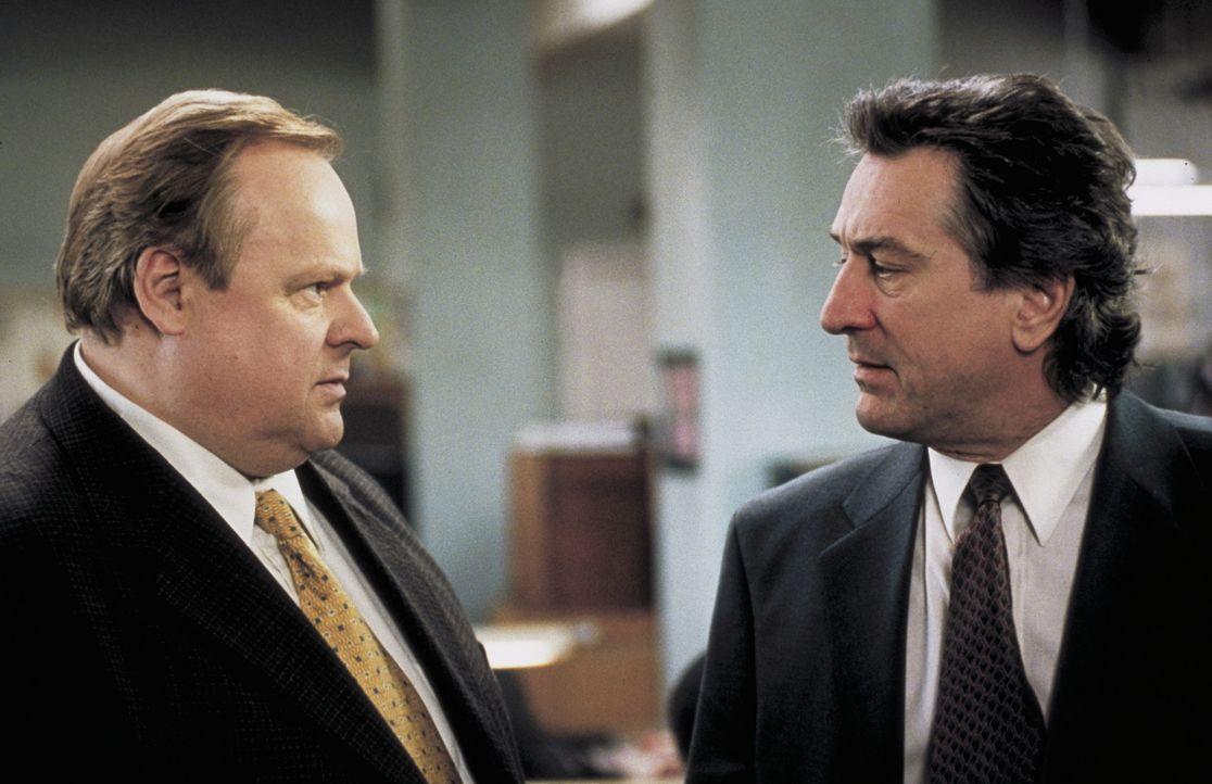 Detective Vincent (Robert De Niro, r.) und sein Partner Reg (George Dzundza, l.) machen sich auf die Suche nach Joey. Als Reg auf einem alten Fabrik... - Bildquelle: Warner Bros.
