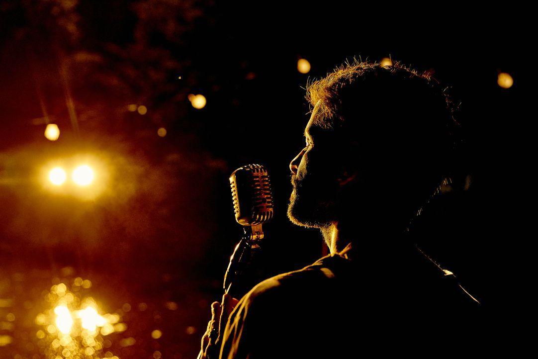 Sein einzig großer Hit galt seiner Jugendliebe: Eines Tages erhält Ben (Pasquale Aleardi) eine neue Chance, ihr sein Lied vorzusingen - mit weitreic... - Bildquelle: Hendrik Heiden SAT.1
