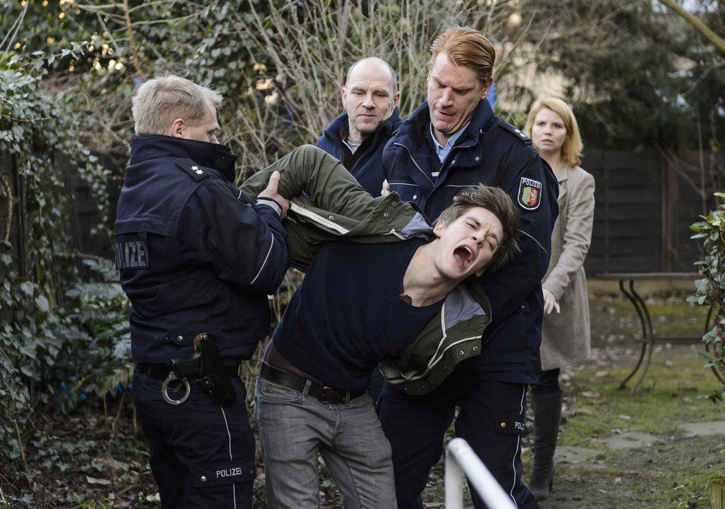 Als ein kleiner Junge ermordet aufgefunden wird, taucht die Polizei auch bei Familie Gudermann auf. Voller Panik rennt der 16-jährige Daniel (Jonas... - Bildquelle: Willi Weber SAT.1