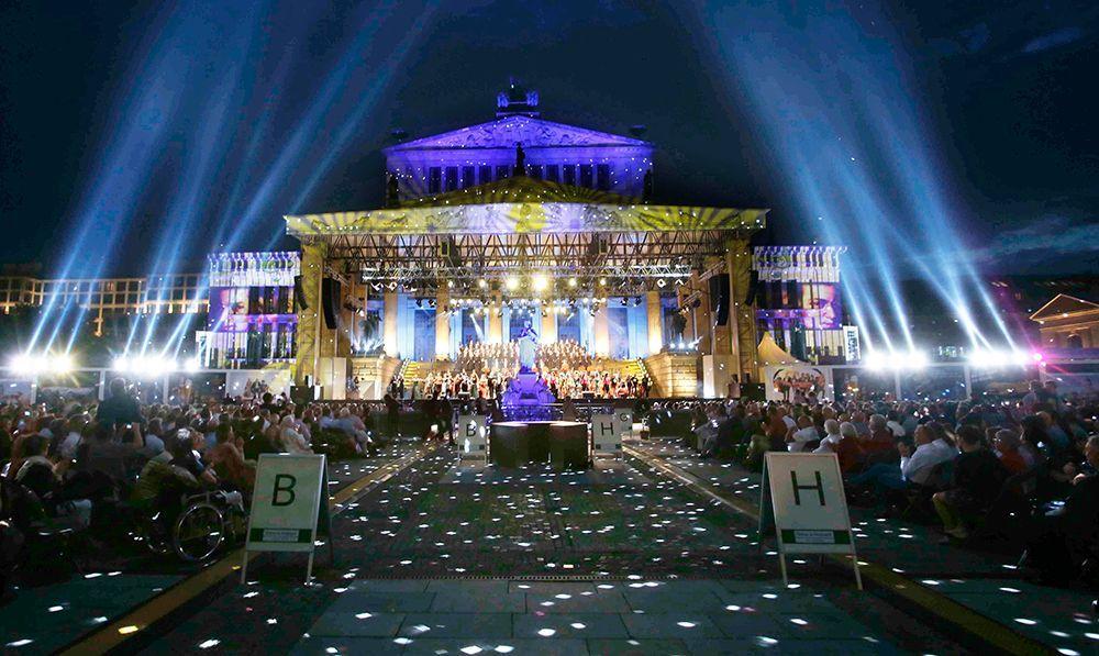 Gendarmenmarkt: Lichtspiele während Konzerts - Bildquelle: DAVIDS
