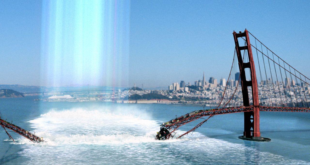 Aus unbekannten Gründen bricht in San Francisco die Golden Gate Brücke in sich zusammen, und hunderte Opfer stürzen in die Tiefe ... - Bildquelle: TM & Copyright   2003 by Paramount Pictures. All Rights Reserved.