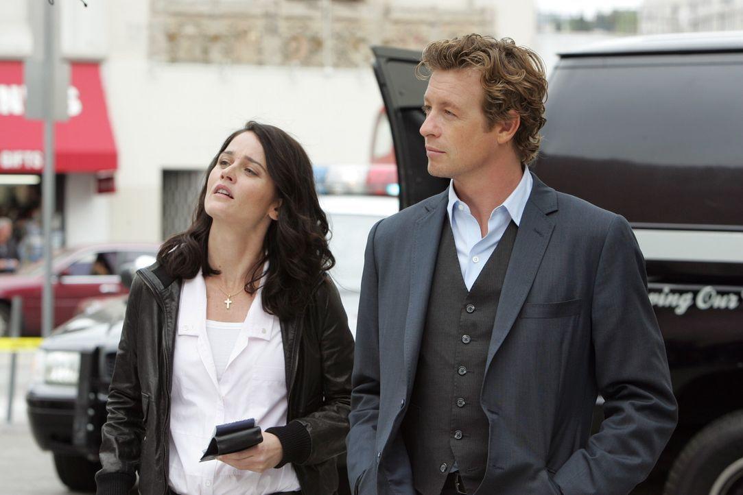 Der Hollywood-Produzent Felix Hanson wurde ermordet. Patrick (Simon Baker, r.) und Teresa (Robin Tunney, l.) versuchen alles um den Mörder zu finde... - Bildquelle: Warner Bros. Television