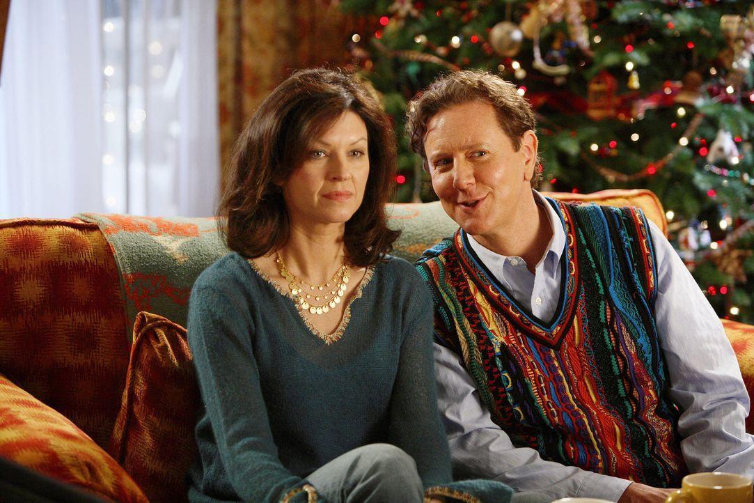 Ahnen nicht, dass Weihnachten in Gefahr ist: Laura (Wendy Crewson, l.) und Neil Miller (Judge Reinhold, r.) ... - Bildquelle: Disney All rights reserved
