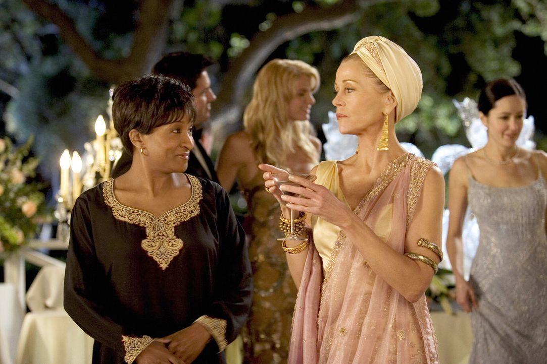 Viola (Jane Fonda, r.) hat es sich in den Kopf gesetzt, die böse Schwiegermutter zu spielen und ihrem Sohn sowie ihrer Schwiegertochter in spe geh - Bildquelle: Warner Bros. Pictures