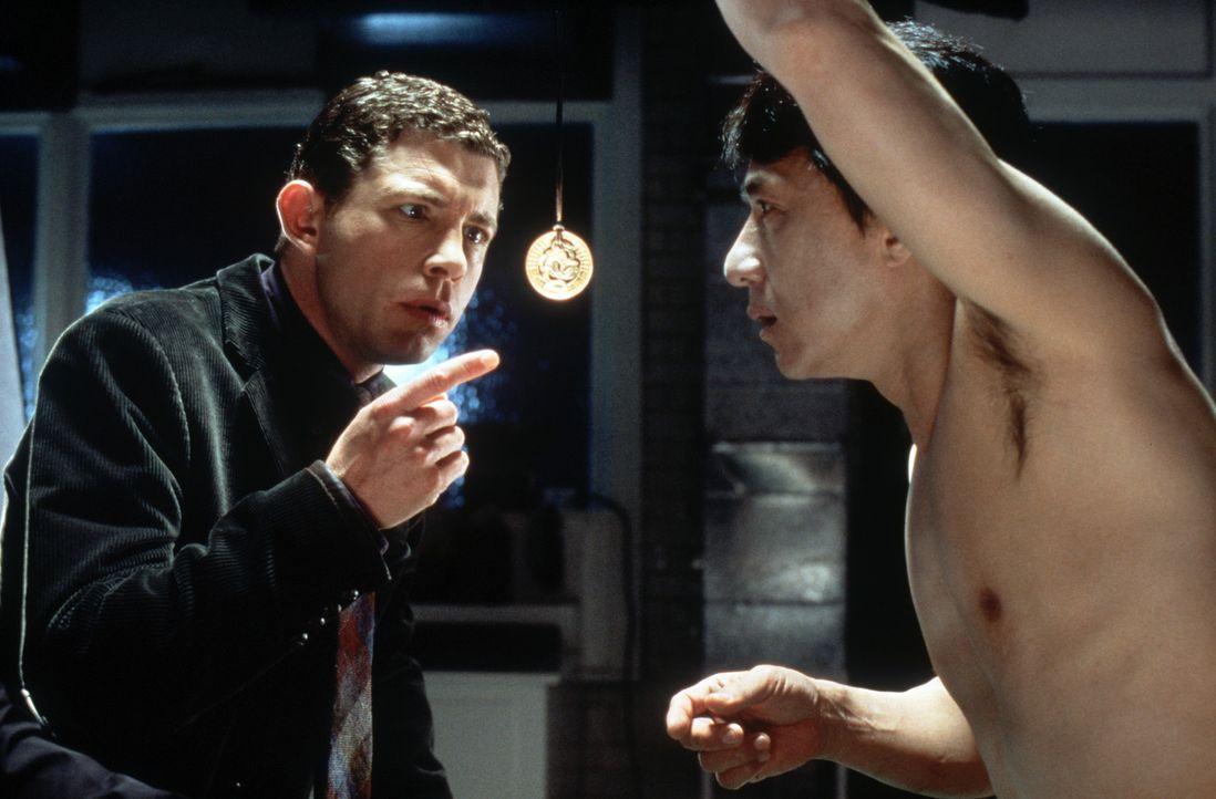 Arthur Watson (Lee Evans, l.) kann nicht glauben, was er sieht: Sein tödlich verunglückter Kollege Eddie Yang (Jackie Chan, r.) ist durch das Meda... - Bildquelle: 2004 Sony Pictures Television International. All Rights Reserved.