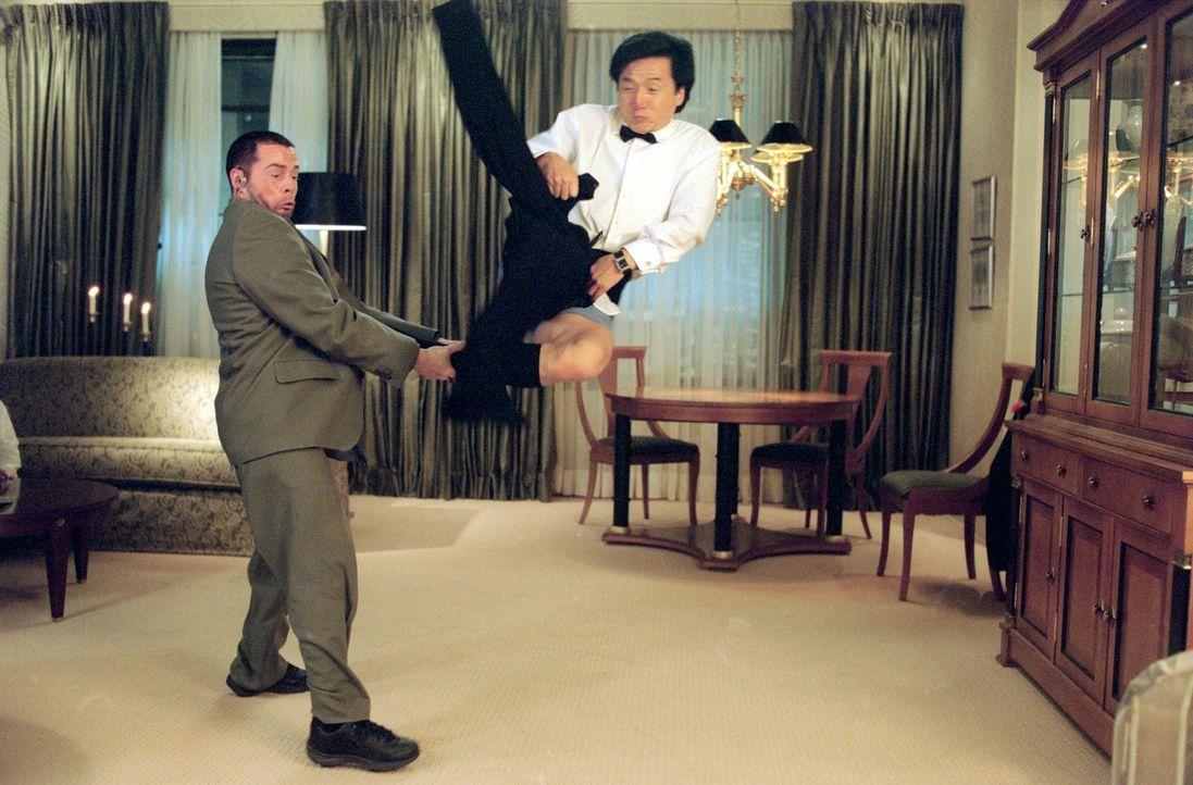 Wenn doch Jimmy (Jackie Chan, r.) seinen mit neuester Computertechnik ausgestatteten Wundersmoking endlich unter Kontrolle bringen könnte, dann hä... - Bildquelle: TM &   2002 DreamWorks LLC. All Rights Reserved